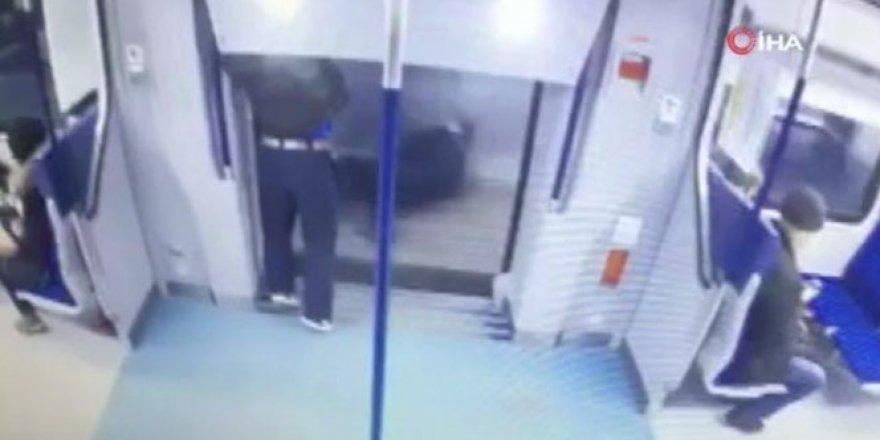 Yanlış metroya binen yolcu dışarı atladı