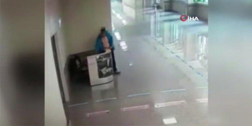 Doktor ve hemşirelerin çantalarını çalan vicdansız kadın kameralara yansıdı