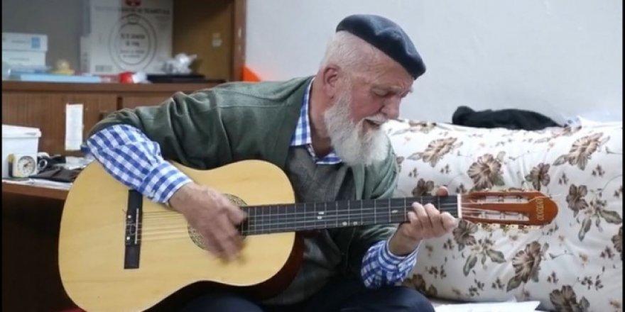 """Ünlü gitaristten """"Evde kal Türkiye"""" şarkısı"""