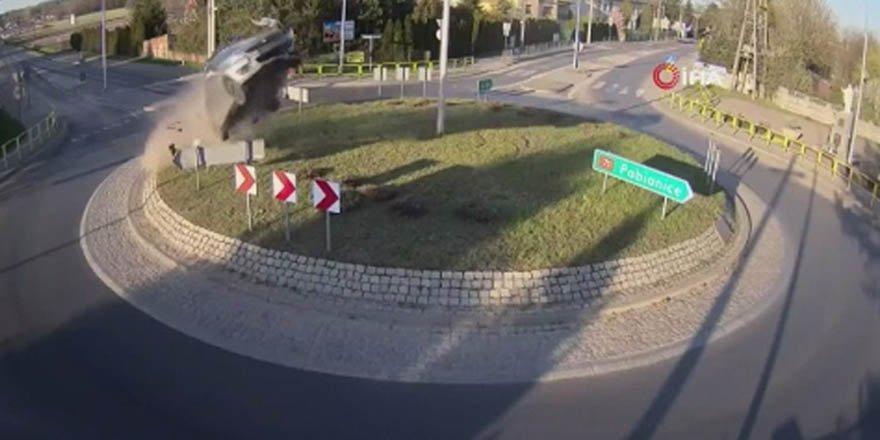 Refüje çarparak havalanan araç kameralara yansıdı