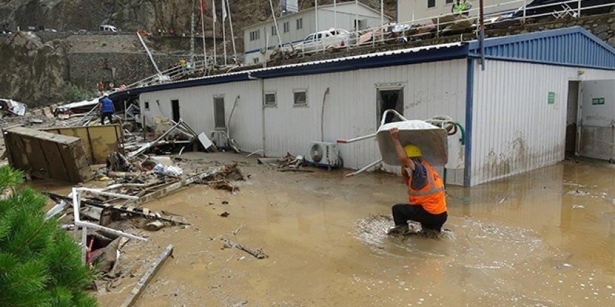 Selden kurtulan şantiye çalışanları eşyalarını kurtarmaya çalıştı