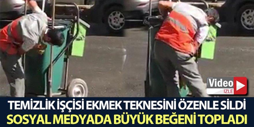 Temizlik işçisi el arabasını özenle temizledi