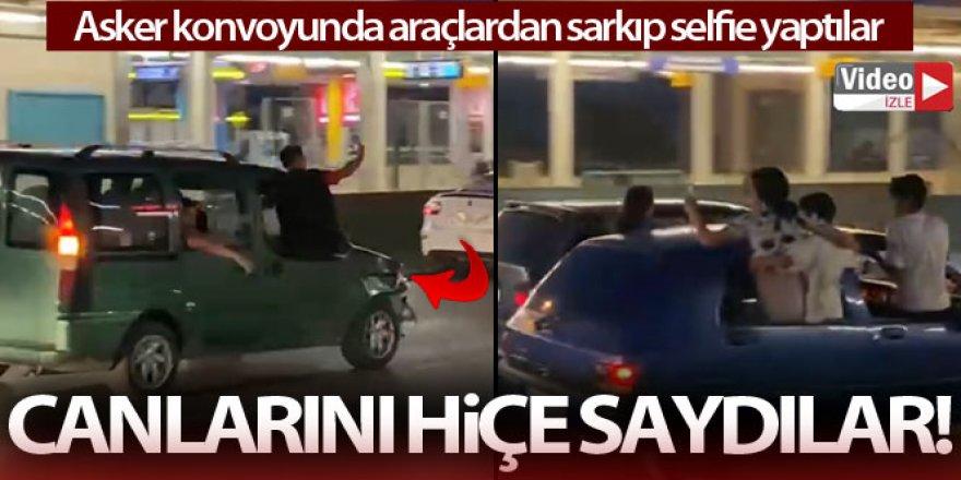 Asker konvoyunda araçlardan sarkıp selfie yaptılar
