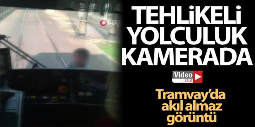 Tramvay arkasında tehlikeli yolculuk kamerada
