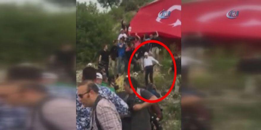 Kemal Kılıçdaroğlu yürüyüş sırasında böyle düştü