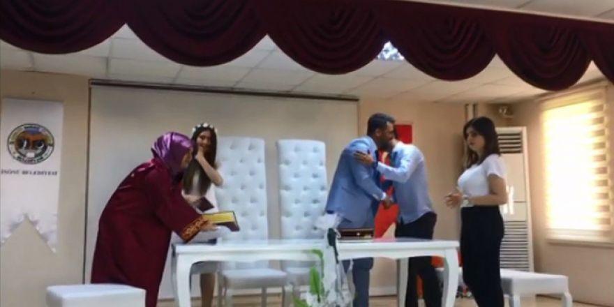 Heyecanlanan damat, gelin yerine nikah şahidini öptü