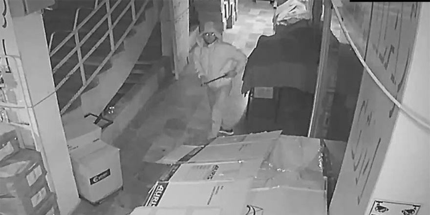 Pasajdaki hırsız güvenlik kamerasına yakalandı