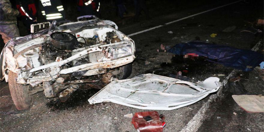 Feci kazada otomobil ikiye ayrıldı
