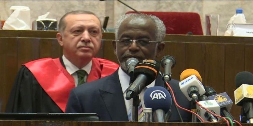 Sudan Hartum Üniversitesi Rektörü Cumhurbaşkanı Recep Tayyip Erdoğan'ı övgüyle takdim etti